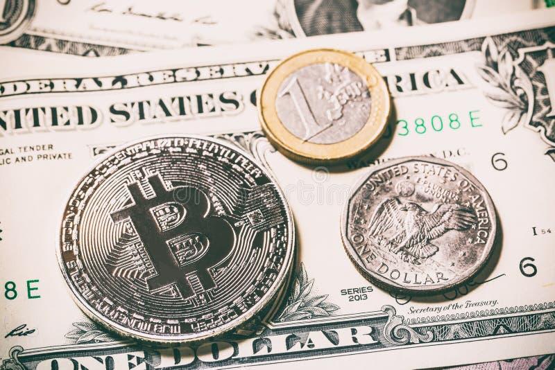 Cryptocurrency bitcoinmynt nära ett dollarmynt och ett euromynt på dollarsedel Symbol av crypto valuta - elektronisk virt royaltyfria bilder