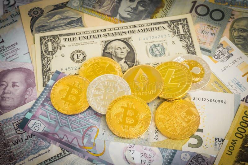 Cryptocurrency bitcoins στα παγκόσμια μετρητά χρημάτων, εκλεκτής ποιότητας φίλτρο στοκ εικόνες