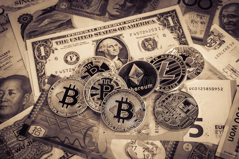Cryptocurrency, bitcoins op buitenlands geld, sepia wijnoogst royalty-vrije stock fotografie