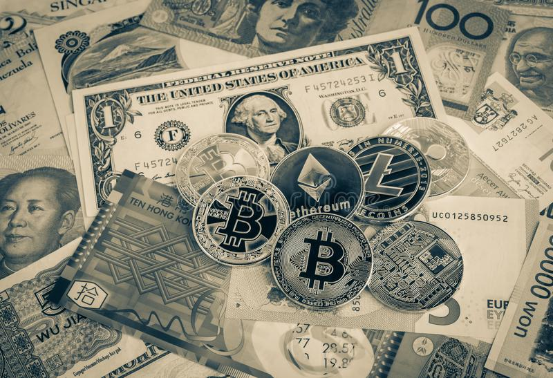 Cryptocurrency, bitcoins sur l'argent de devise du monde, vintage photographie stock