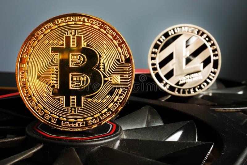 Cryptocurrency bryta Bitcoin BTC och Litecoin LTC mynt royaltyfri bild