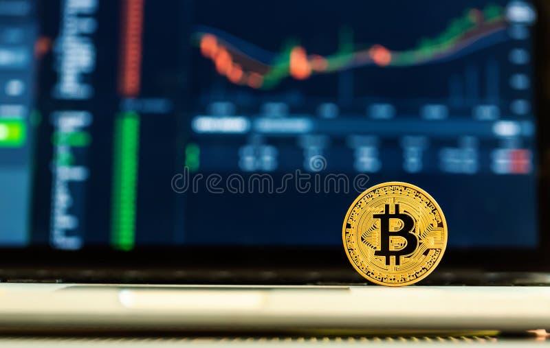 Cryptocurrency de bitcoin d'or avec un latop photo stock