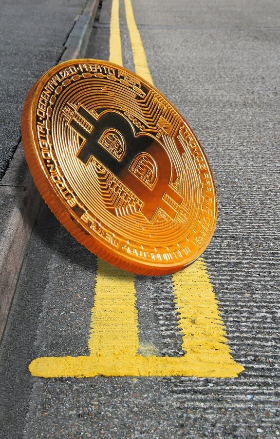 Cryptocurrency de Bitcoin en las líneas amarillas dobles aparcamiento foto de archivo
