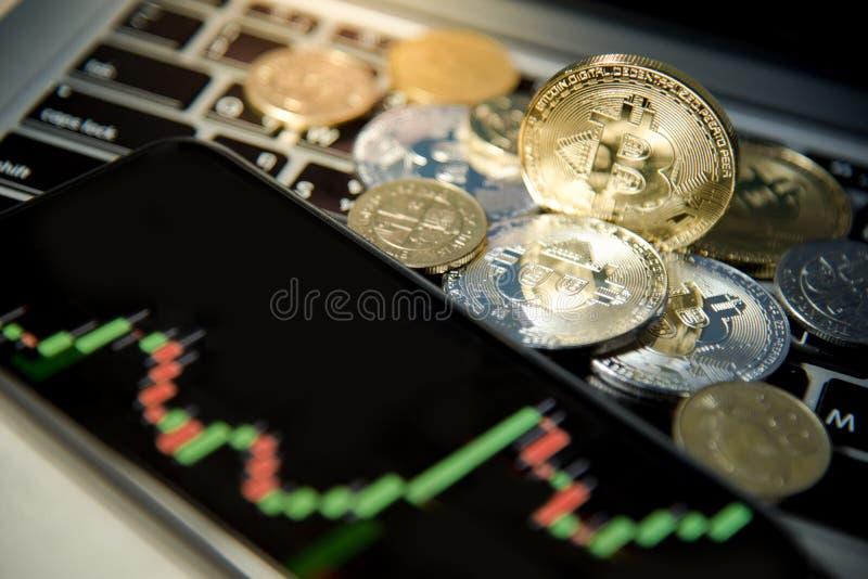 Cryptocurrency de Bitcoin et graphique de chandelier sur le smartphone photographie stock libre de droits