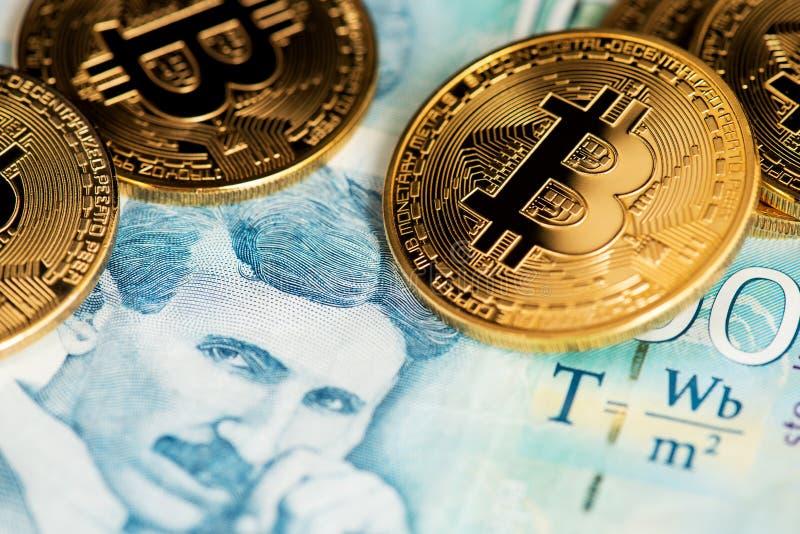 Cryptocurrency de Bitcoin nas cédulas sérvios do dinar do dinheiro próximas acima da imagem Retrato do cientista Nikola Tesla fotos de stock