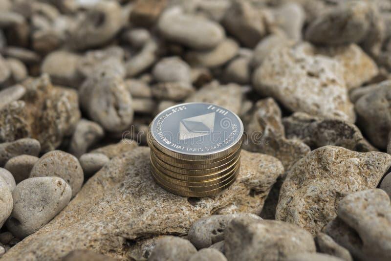 Cryptocurrency de Ethereum e-moeda Praia do verão Pedras do mar imagens de stock royalty free