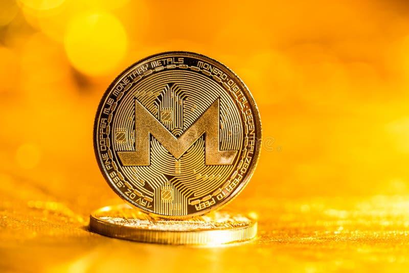 Cryptocurrency de Monero sur un fond d'or photos stock