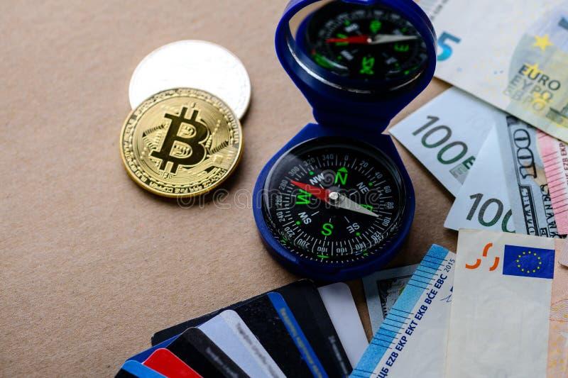 Cryptocurrency, dinero electrónico y sostiene su dinero en Bitcoin fotografía de archivo