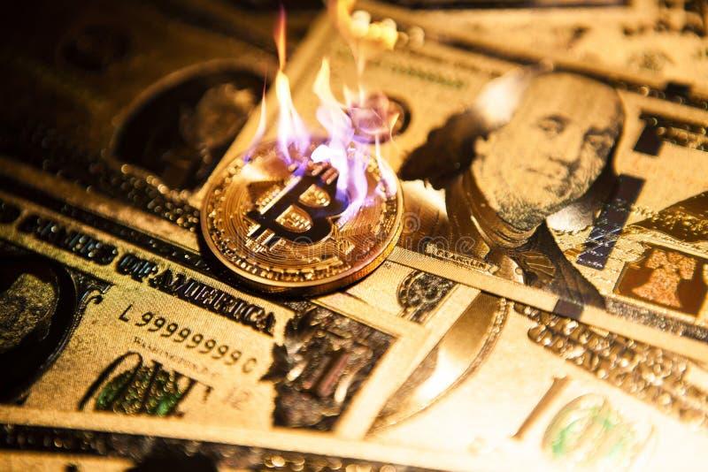 Cryptocurrency dorato bruciante del bitcoin sui dollari americani dorati fotografia stock libera da diritti