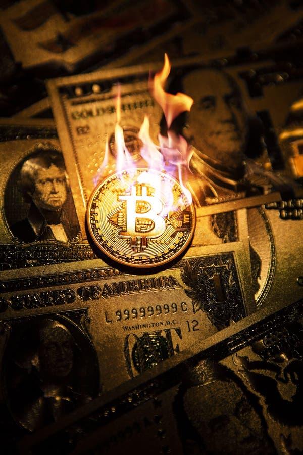 Cryptocurrency dorato bruciante del bitcoin sui dollari americani dorati immagine stock libera da diritti