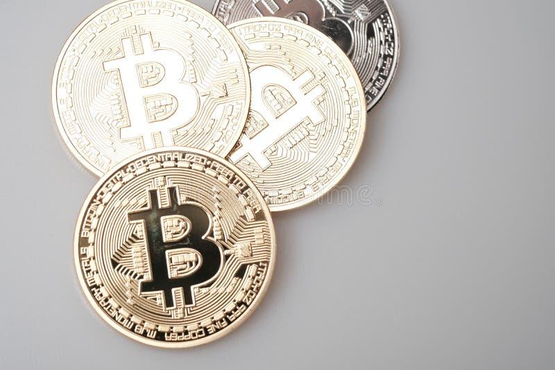 Cryptocurrency dourado do bitcoin no fundo branco fotos de stock royalty free