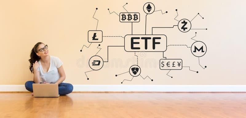 Cryptocurrency ETF tema med den unga kvinnan som använder en bärbar datordator royaltyfria foton