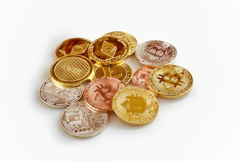 Cryptocurrency físico, Bitcoin, Ethereum, Litecoin, traço no fundo branco imagem de stock