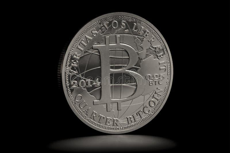 Cryptocurrency fysiskt bitcoinmynt som isoleras på svart bakgrund arkivbild