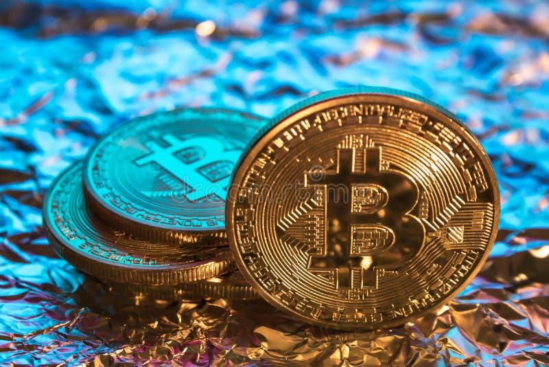 Cryptocurrency fysiskt guld- bitcoinmynt på färgrik backgrou arkivbilder