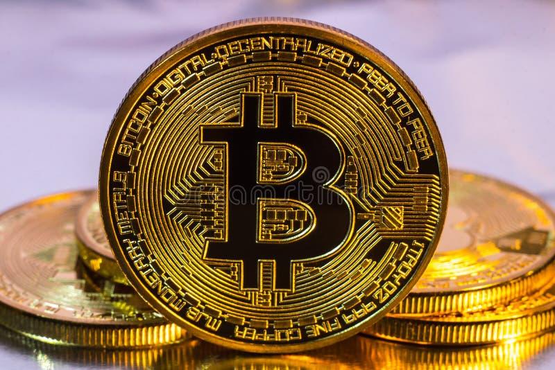 Cryptocurrency fysiskt guld- bitcoinmynt på färgrik backgrou arkivfoto