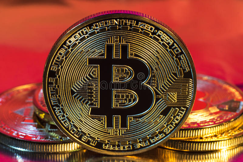 Cryptocurrency fysiskt guld- bitcoinmynt på färgrik bakgrund royaltyfria bilder