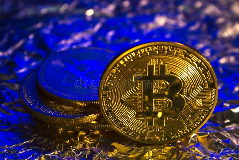 Cryptocurrency fysiskt guld- bitcoinmynt på färgrik bakgrund royaltyfri bild
