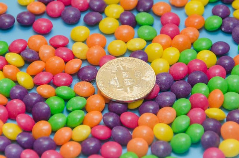 Cryptocurrency-Gold-bitcoin liegt auf Süßigkeit, Karamell lizenzfreie stockfotos