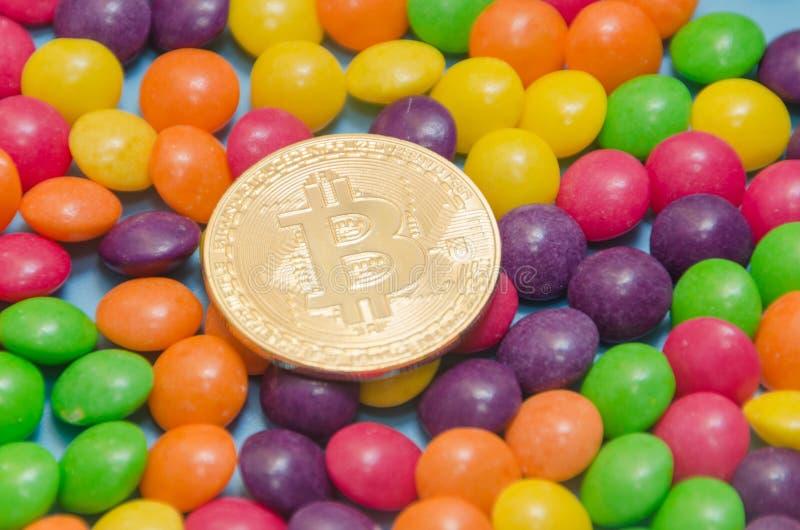Cryptocurrency-Gold-bitcoin liegt auf Süßigkeit, Karamell stockfotografie