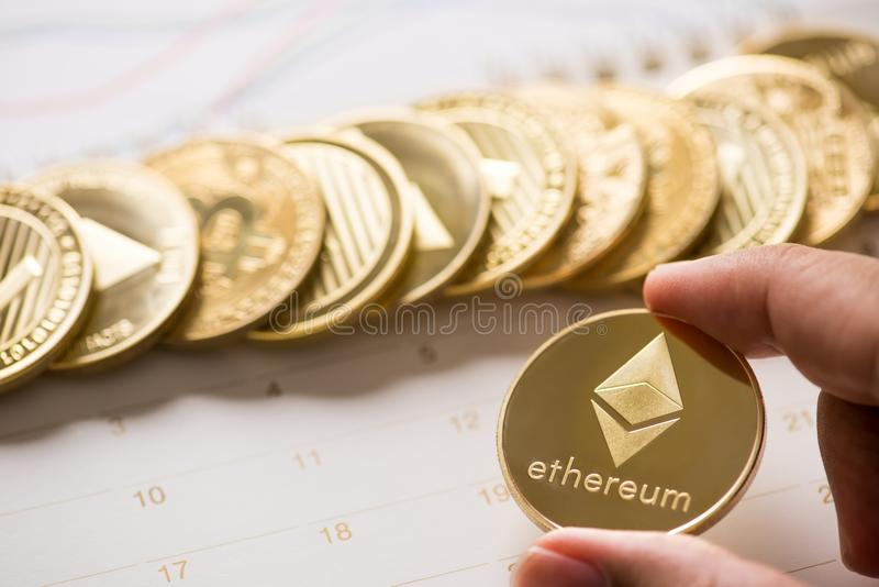 Cryptocurrency guld- Bitcoin, Litecoin, Ethereum mynt på calenda royaltyfri foto