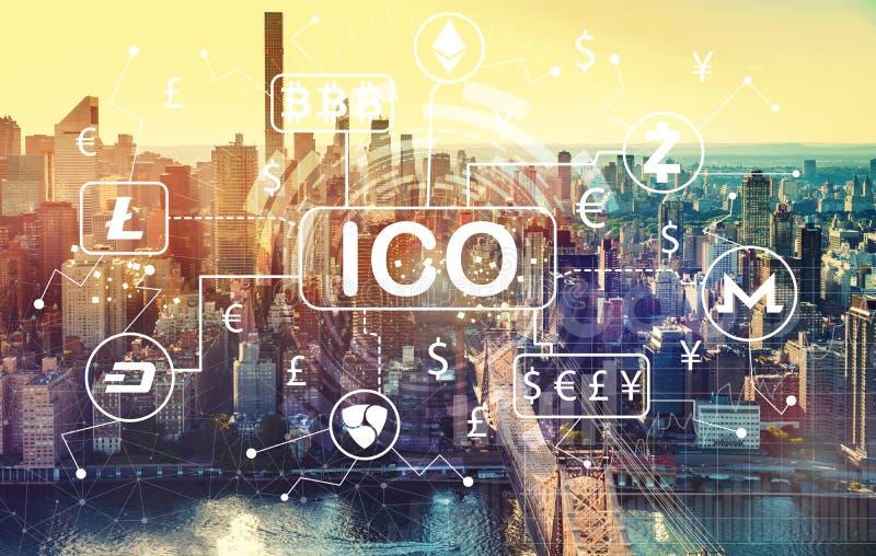 Cryptocurrency ICO tema med flyg- sikt av Manhattan, NY royaltyfri illustrationer