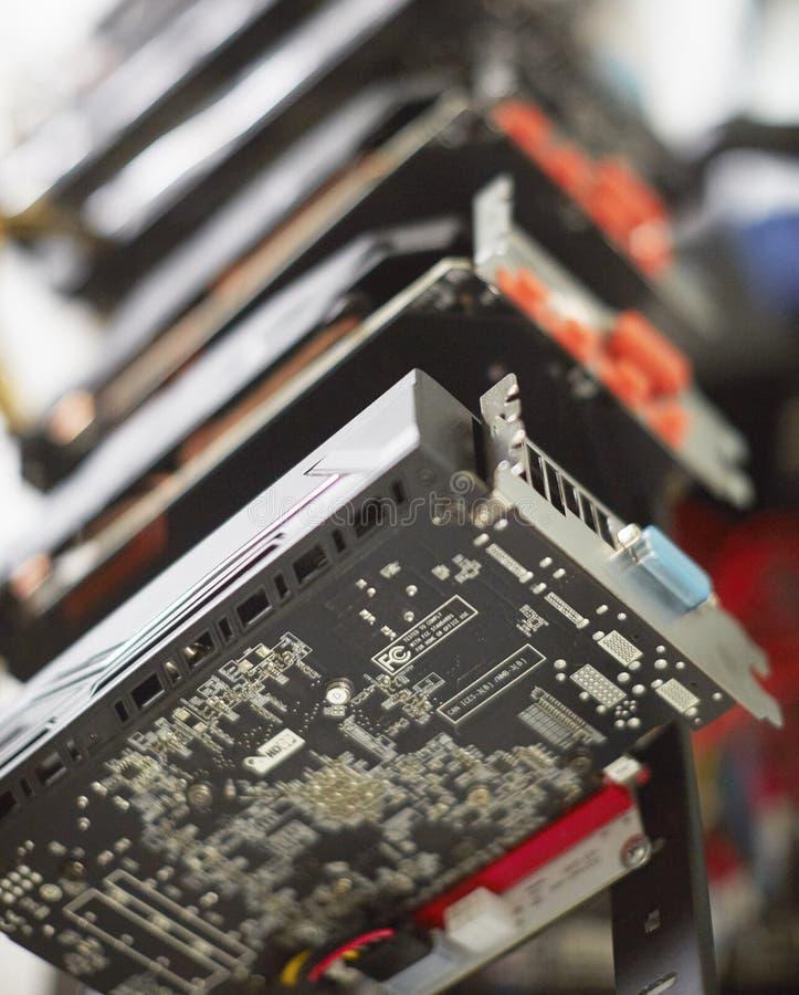 Cryptocurrency kopalnictwa takielunek używać graficzne karty minować dla cyfrowego cryptocurrency tak jak bitcoin, ethereum i inn fotografia royalty free