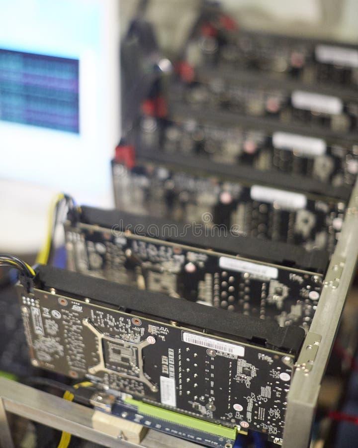 Cryptocurrency kopalnictwa takielunek używać graficzne karty minować dla cyfrowego cryptocurrency tak jak bitcoin, ethereum i inn obrazy stock