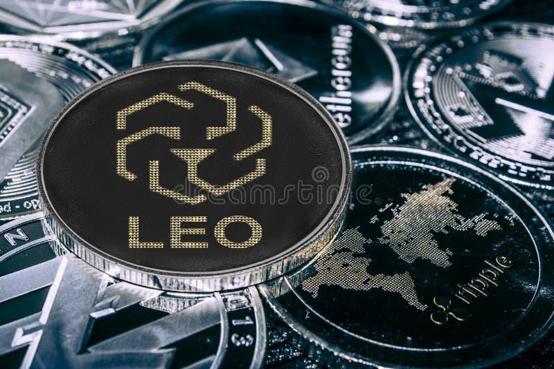 Cryptocurrency leo de la moneda contra los alitcoins principales s?mbolo del bifinex foto de archivo libre de regalías