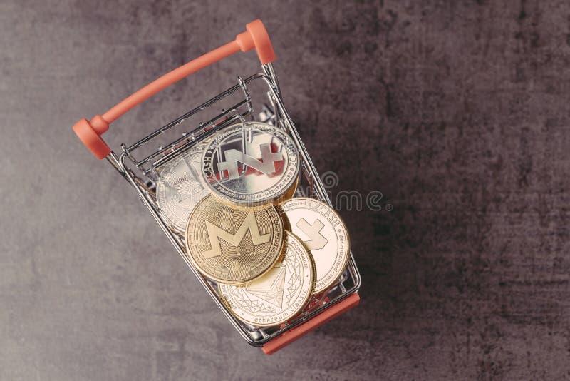 Cryptocurrency lista zakupów, handlujący zakupu i bubla pojęcie, różnorodnego srebne i złote fizyczne cyfrowe crypto pieniądze mo fotografia stock