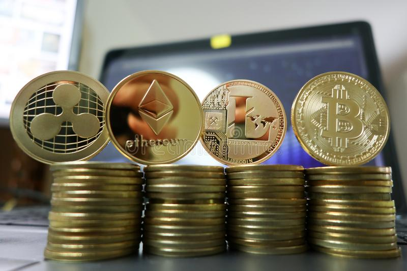 Cryptocurrency litecoin, bitcoin, czochra i ethereum z komputerowym laptopem na tle, zdjęcie stock