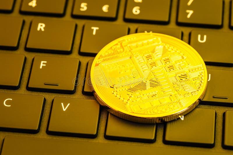 Cryptocurrency-Münze auf Computertastatur lizenzfreie stockbilder