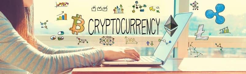 Cryptocurrency med kvinnan som arbetar på en bärbar dator royaltyfria foton
