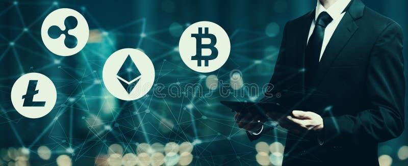 Cryptocurrency met zakenman die een tablet houden vector illustratie