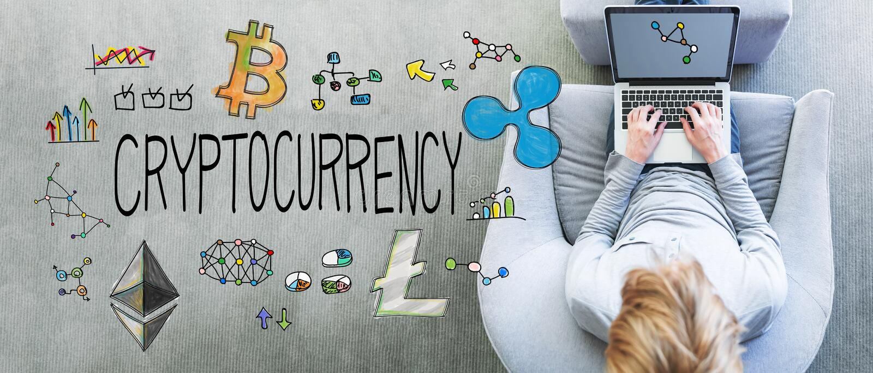 Cryptocurrency mit dem Mann, der einen Laptop verwendet lizenzfreie stockfotos