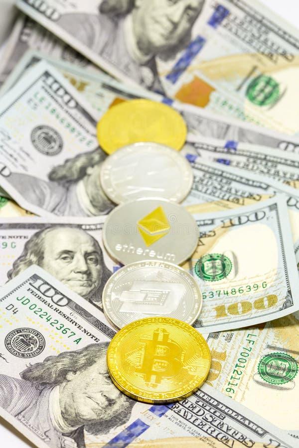 Cryptocurrency a montré sur des billets d'un dollar photographie stock