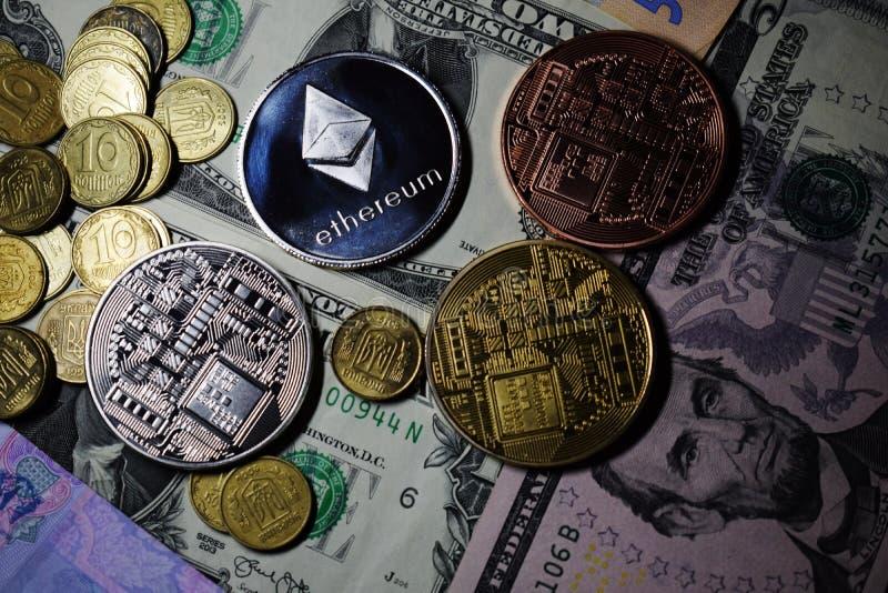 Cryptocurrency mynt Ethereum och Bitcoin på US dollar royaltyfria bilder