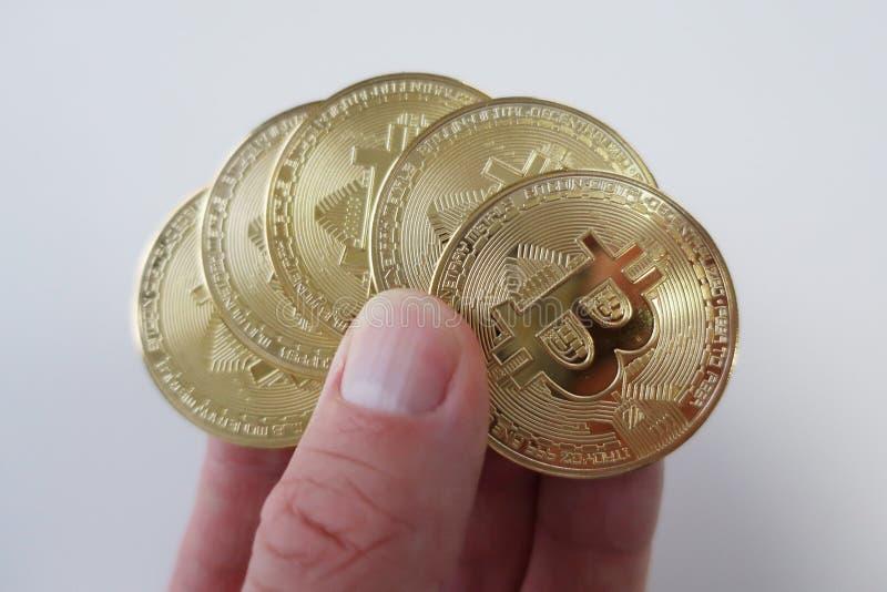 Cryptocurrency mynt framlade i en hand arkivfoton