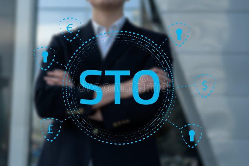 Συμβολικές cryptocurrency προσφοράς STO ασφάλειας και blockchain έννοια, επιχειρηματίας που πιέζουν την εικονική γραφική παράστασ στοκ εικόνες