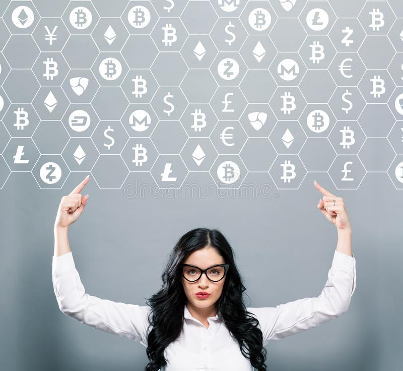 Cryptocurrency tema med affärskvinnan som uppåt pekar royaltyfria foton