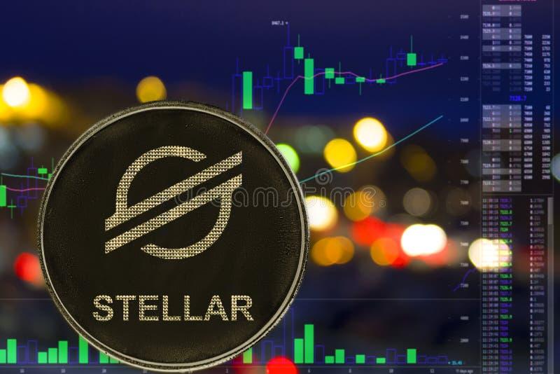 Cryptocurrency XLM estelar de la moneda en fondo y carta de la ciudad de la noche fotografía de archivo
