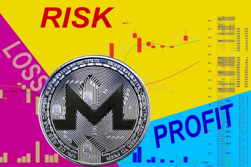 Cryptocurrency XMR de la moneda en carta y fondo de neón azul amarillo foto de archivo libre de regalías