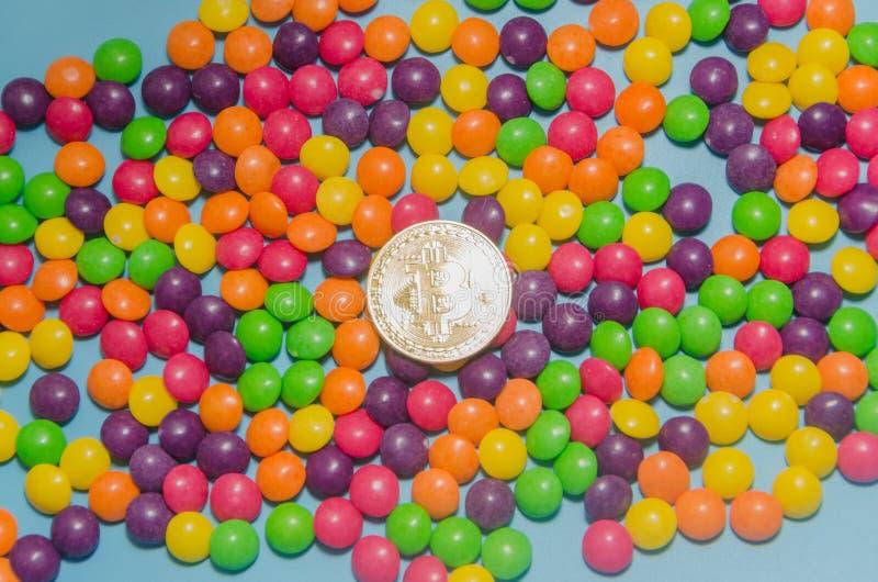 Cryptocurrency złocisty bitcoin kłama na cukierku, karmel fotografia royalty free