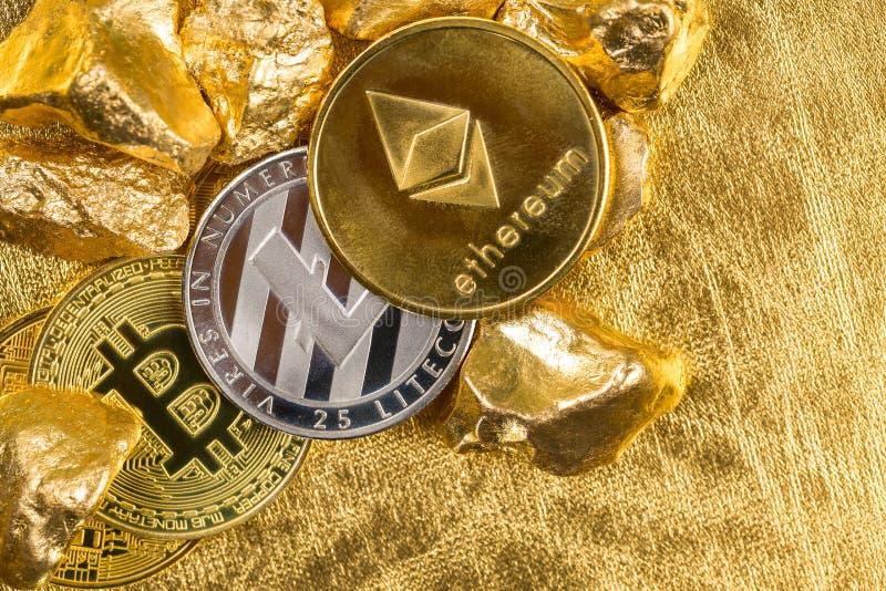Cryptocurrency złote monety - Bitcoin, Ethereum, Litecoin na tle złociste bryłki obrazy royalty free