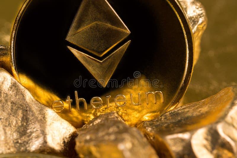 Cryptocurrency złote monety - Bitcoin, Ethereum, Litecoin na tle złociste bryłki zdjęcie stock