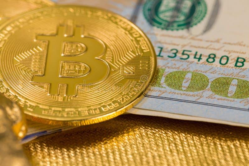 Cryptocurrency złote monety - Bitcoin, Ethereum, Litecoin na tle złociste bryłki zdjęcie royalty free