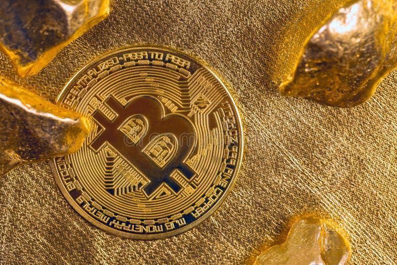 Cryptocurrency złote monety - Bitcoin, Ethereum, Litecoin na tle złociste bryłki obraz stock