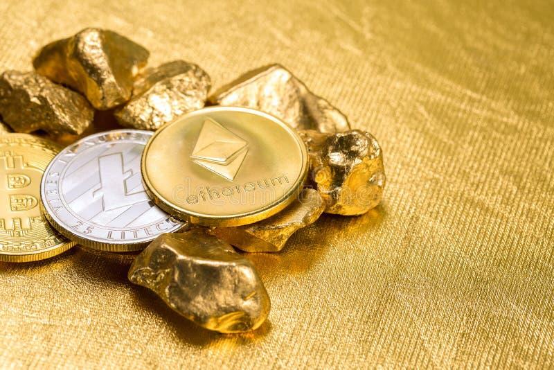 Cryptocurrency złote monety - Bitcoin, Ethereum, Litecoin na tle złociste bryłki fotografia stock