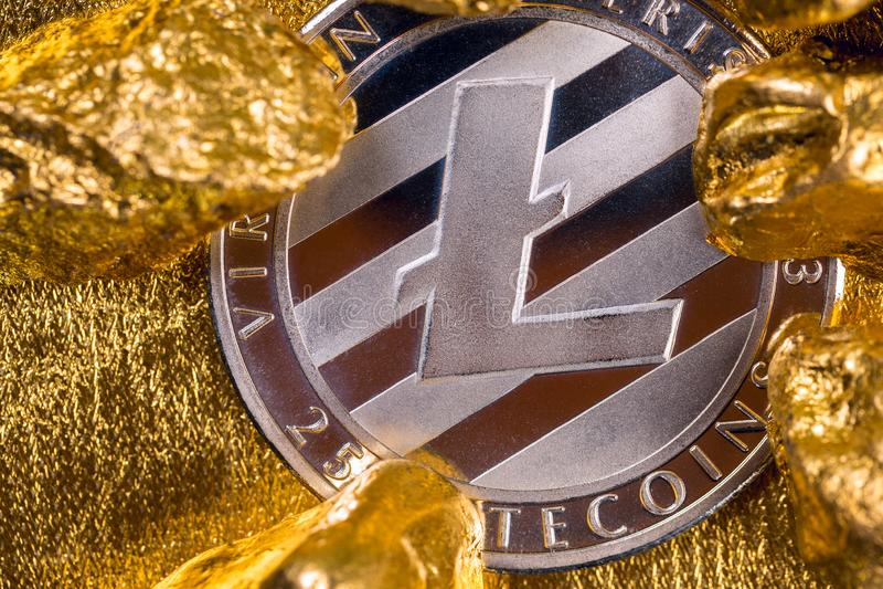 Cryptocurrency złote monety - Bitcoin, Ethereum, Litecoin na tle złociste bryłki obrazy stock