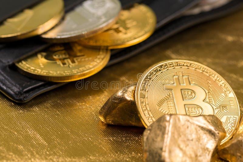 Cryptocurrency złote monety - Bitcoin, Ethereum, Litecoin na tle złociste bryłki zdjęcia royalty free